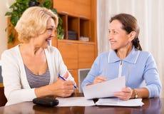 Старшие дамы подписывая документы Стоковое Фото