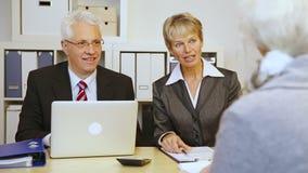Старшие бизнесмены давая рукопожатие сток-видео