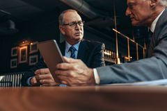Старшие бизнесмены встречая на современном ресторане стоковые изображения