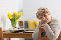 Старшие женщина и фотоальбом стоковая фотография rf