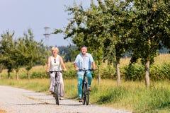 Старшие женщина и человек на путешествии велосипеда Стоковые Фото