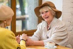 Старшие женщины в кафе Стоковые Изображения