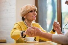 Старшие женщины держа руки Стоковое Фото
