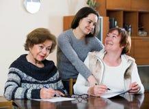 Старшие женщины делая будут на общественной нотариальной конторе стоковое фото rf