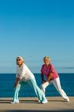 Старшие женщины делая протягивающ тренировку на набережной. Стоковое Фото