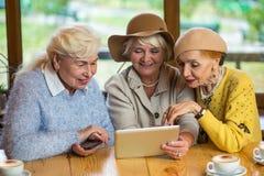 Старшие женщины и таблетка Стоковая Фотография
