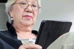 Старшие женщины ослабляя дома Стоковое фото RF