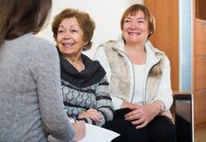 Старшие женщины советуя с с агентом банка стоковые фотографии rf