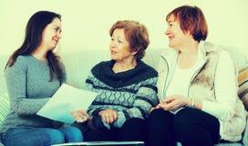 Старшие женщины советуя с с агентом банка стоковое фото rf
