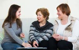 Старшие женщины советуя с с агентом банка стоковое фото