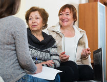 Старшие женщины советуя с с агентом банка стоковые изображения