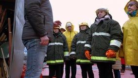 Старшие инструкции спасителей грузят поверхность палубы акции видеоматериалы