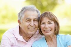 Старшие испанские пары ослабляя в парке стоковые изображения