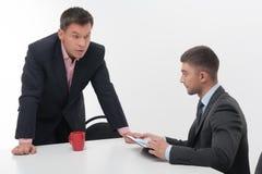 Старшие и младшие бизнесмены обсуждают Стоковое Изображение