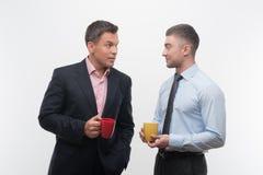 Старшие и младшие бизнесмены обсуждают Стоковое фото RF