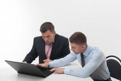 Старшие и младшие бизнесмены обсуждают Стоковые Изображения