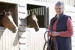 старшие конюшни стоя женщина Стоковые Фото