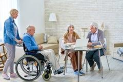 Старшие люди в современном доме престарелых стоковые фотографии rf