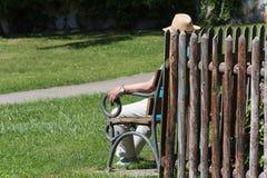 старшие люди ослабляя в парке монастыря стоковые фото