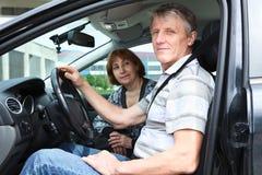 Старшие люди сидя в автомобиле Стоковое Изображение RF