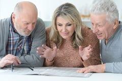 Старшие люди читая газету Стоковые Фотографии RF