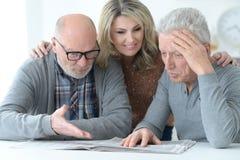 Старшие люди читая газету Стоковые Изображения RF
