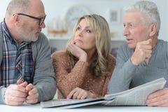 Старшие люди читая газету Стоковое фото RF