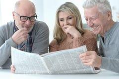Старшие люди читая газету Стоковое Фото