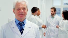 Старшие мужские представления доктора на больницу сток-видео