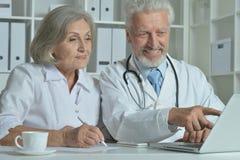 Старшие доктора с компьтер-книжкой Стоковое Изображение RF
