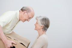 Старшие пары двигая к новому дому стоковая фотография