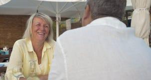 Старшие пары возбуждая беседу в кафе лета видеоматериал