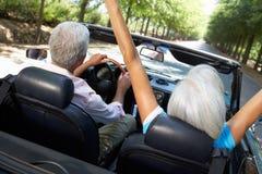 Старшие пары в автомобиле спортов стоковая фотография