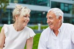 Старшие пары в влюбленности усмехаясь на одине другого Стоковое фото RF