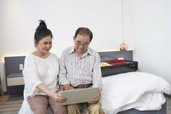 Старшие пары в доме гостиницы стоковые фотографии rf
