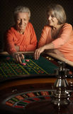 Старшие пары в казино стоковое фото