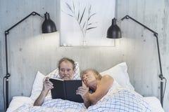 Старшие пары в кровати Стоковые Фото