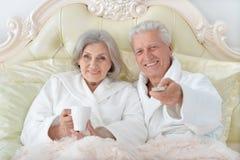 Старшие пары в кровати стоковые изображения rf