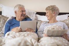 Старшие пары в кровати стоковая фотография
