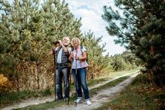 Старшие пары в лесе стоковое фото