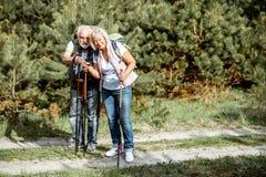 Старшие пары в лесе стоковые изображения rf