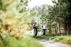 Старшие пары в лесе стоковая фотография rf