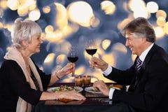 Старшие пары в ресторане стоковое фото rf