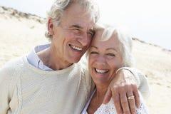 Старшие пары гуляя вдоль пляжа совместно Стоковые Фото