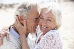 Старшие пары гуляя вдоль пляжа совместно Стоковое Изображение RF