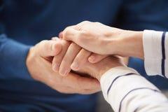 Старшие пары держа руки стоковая фотография rf