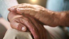 Старшие пары держа руки акции видеоматериалы