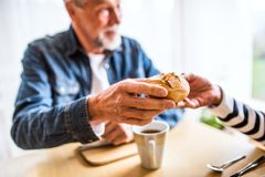 Старшие пары есть завтрак дома Стоковые Изображения