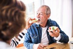 Старшие пары есть завтрак дома Стоковые Фотографии RF