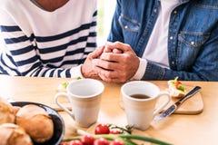 Старшие пары есть завтрак дома Стоковое Изображение